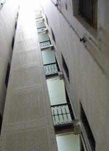 ascensor en un edificio