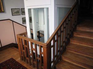 instalación de ascensor blanco en abrera en escalera de madera