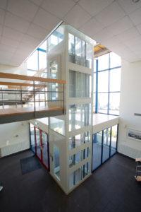 estructura de ascensor blanco